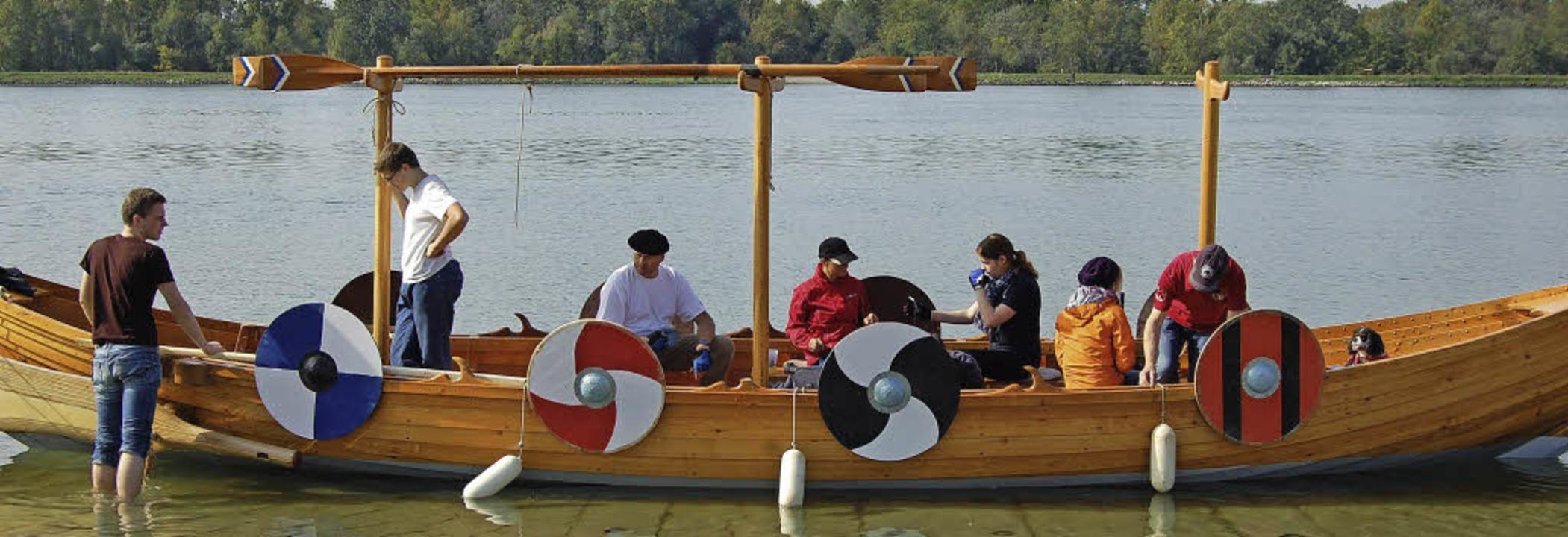 Ist jeder am richtigen Platz? Das Wikingerschiff vor dem Ablegen.    Foto: Hagen Späth