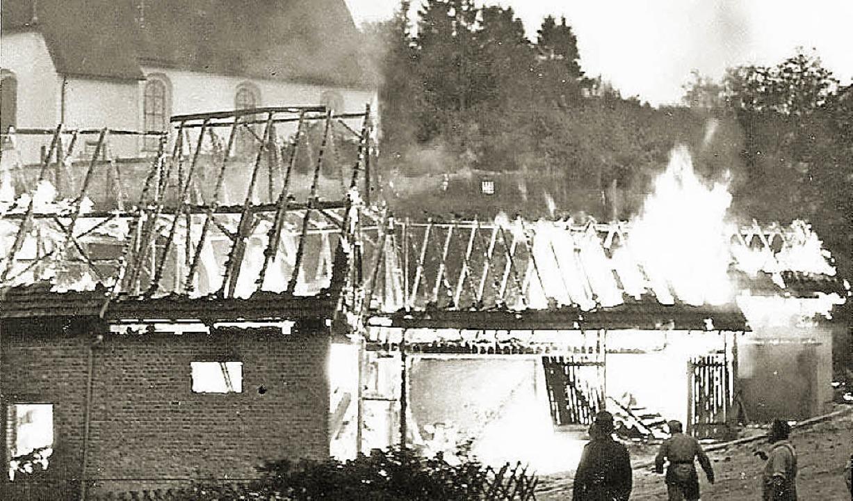 Die Feuerwehr war immer wieder gefordert, hier beim Brand in Boll im Jahre 1969.  | Foto: Feuerwehr
