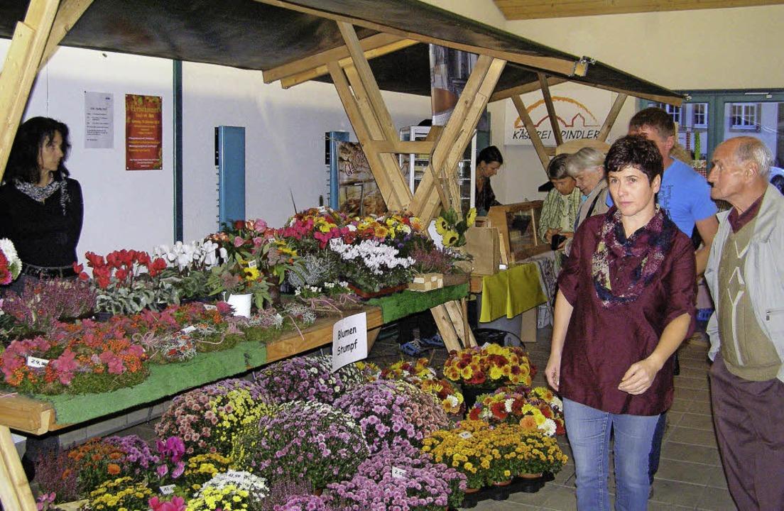 Auch heimische Blumen und florale Gestecke gehörten zum begehrten Marktangebot.   | Foto: Liane Schilling