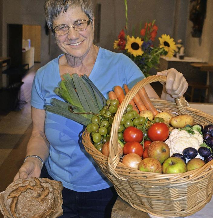 Maria Deschler mit Erntedankkorb und Brot   | Foto: Martina Weber-Kroker