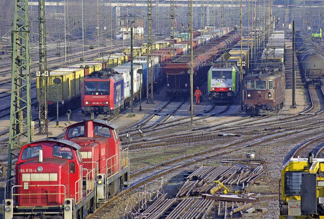 Der Rangierbahnhof Basel Badischer Bah...blicken. Stillstand gibt es dort nie.   | Foto: Rolf Reissmann