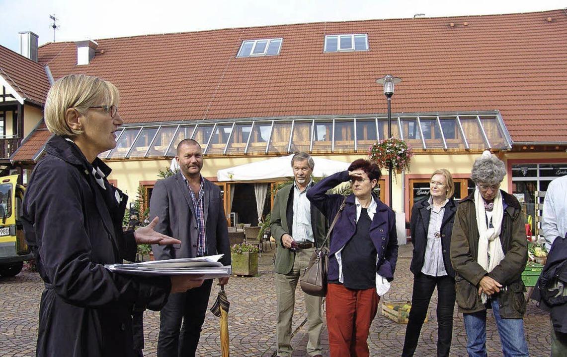Die Landrätin  (links) mit  eigener Ar...eschreibung des Gutshofes in Umkirch.   | Foto: Kati Wortelkamp