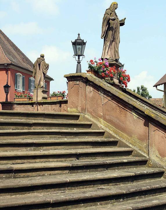 Die Treppenanlage von St. Bartholomäus...figuren von Mitte Oktober an saniert.     Foto: Herbert Birkle
