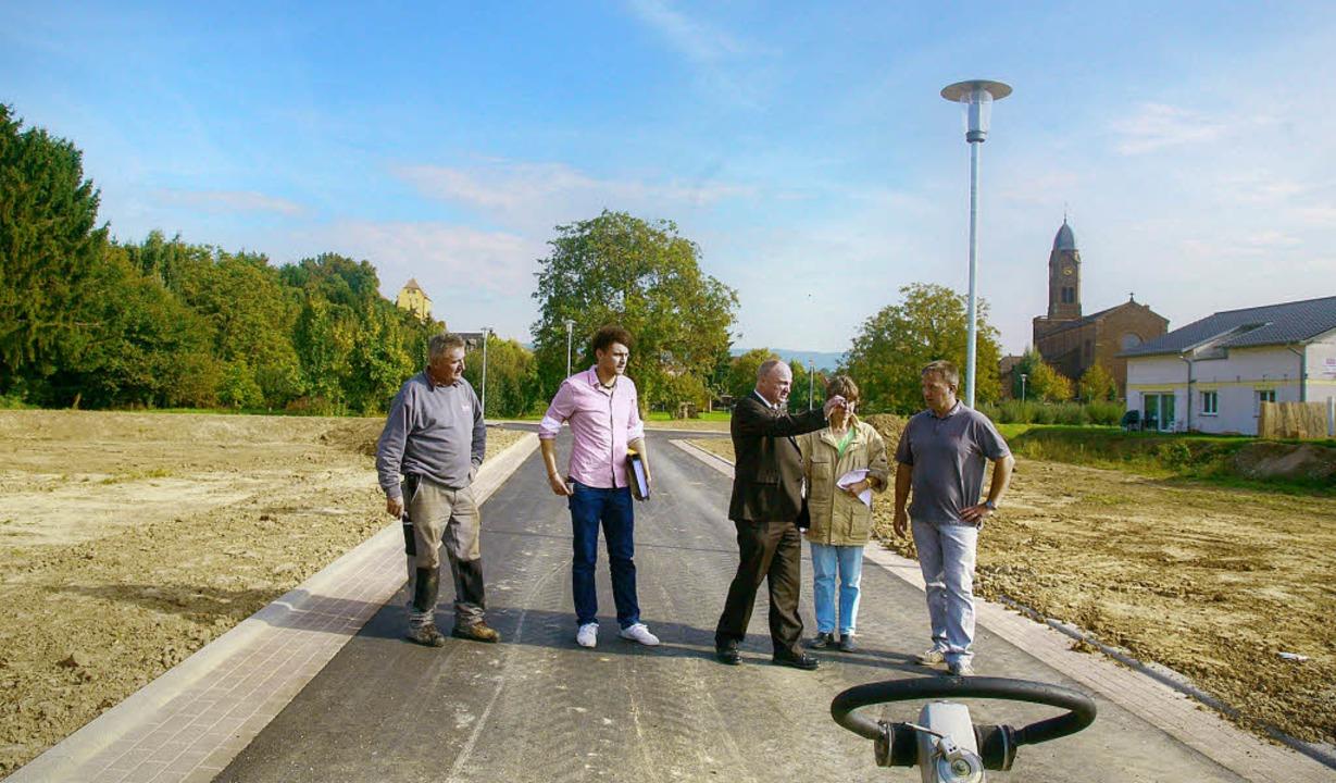 Bürgermeister Dietmar Benz (Mitte) beg... Erschließungsarbeiten im Lachenfeld.   | Foto: sandra decoux-kone