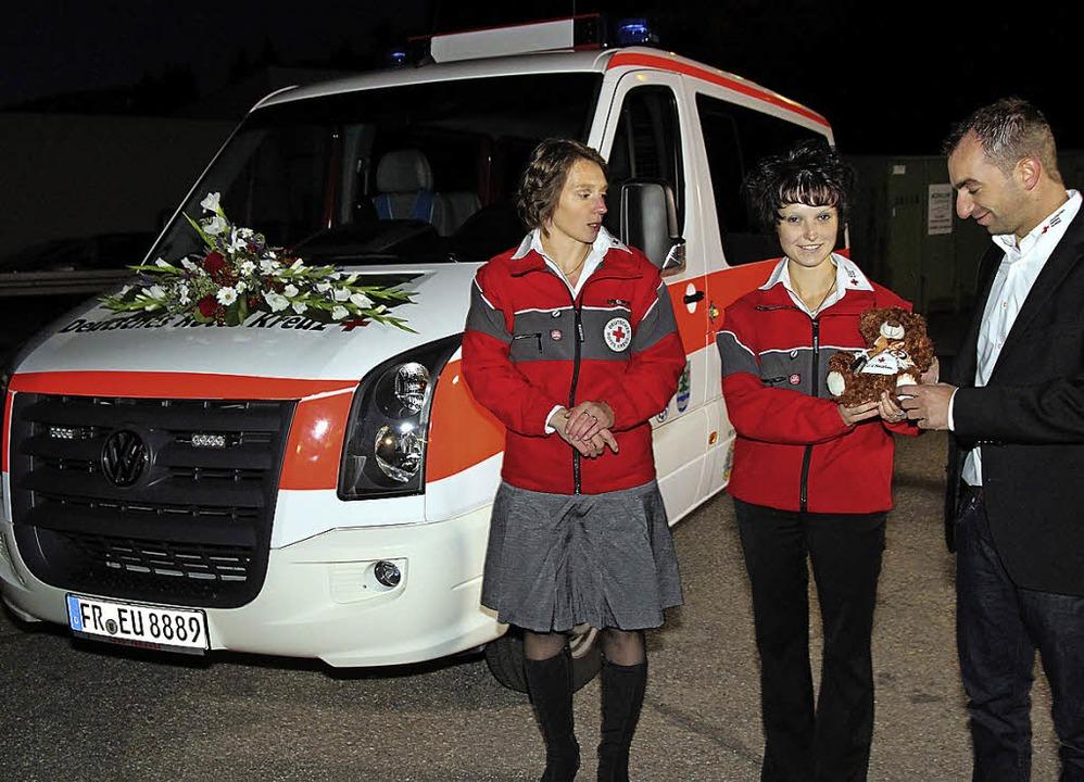 Silke Marschall (links) übergibt die F...Marion Benitz und Patrick Preisinger.   | Foto: Eva Korinth