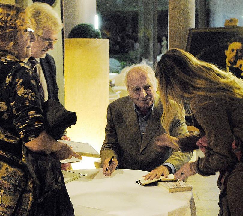 Martin Walser bei der Signierstunde im Kurhaus.     Foto: Beatrice Ehrlich