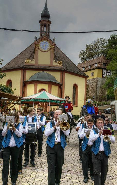 Mit Marschmusik und hoch zu Pferd ging... Mahlberger Stadtfest eröffnet wurde.   | Foto: Sandra Decoux-Kone