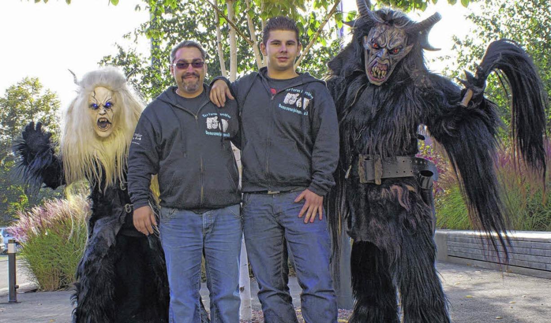 Marc Crespo (links) und Jorge Valero f...ste im Häs der Tartaros Perchten sein.    Foto: Jakober