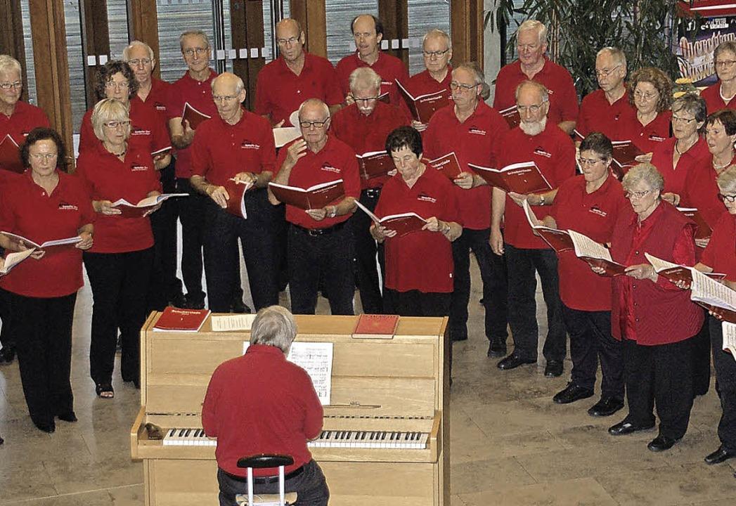 Der gemischte Chor der Concordia (link...n rund 300 Gästen das Wochenprogramm.   | Foto: Frank Kiefer