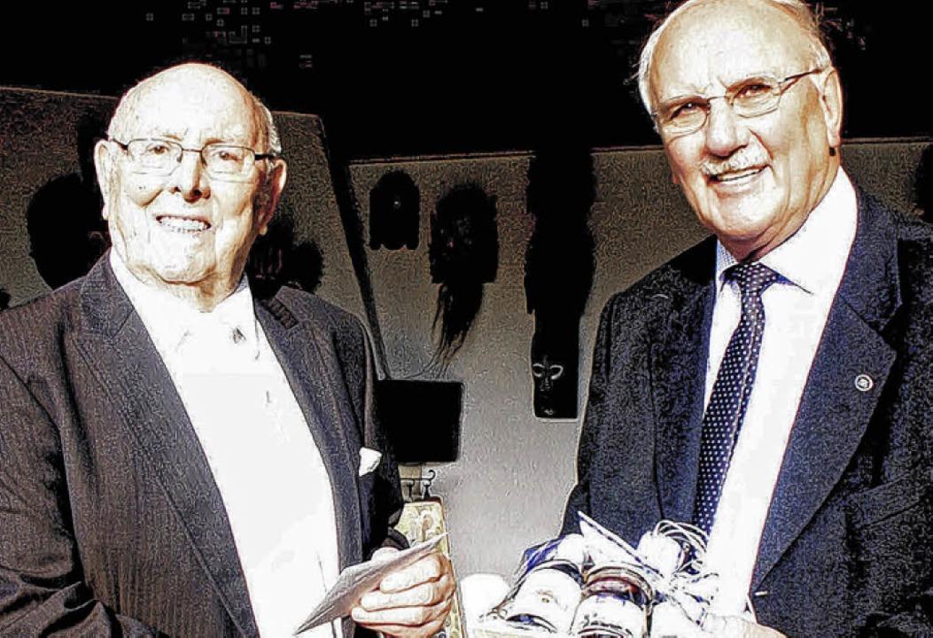 Gratulation zum 85.: Franz Rudigier (l...ermeisterstellvertreter Norbert Rüde.     Foto: Dehmel
