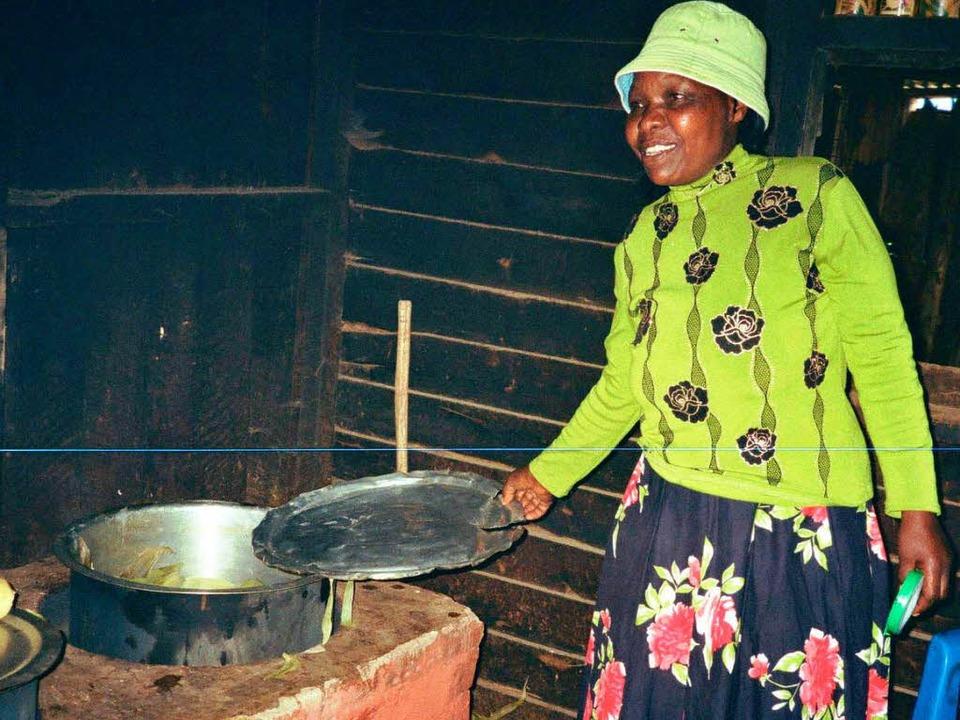 Lydia  Wangui spart viel Feuerholz dank ihres neuen Ofens.  | Foto: Frauke Wolter