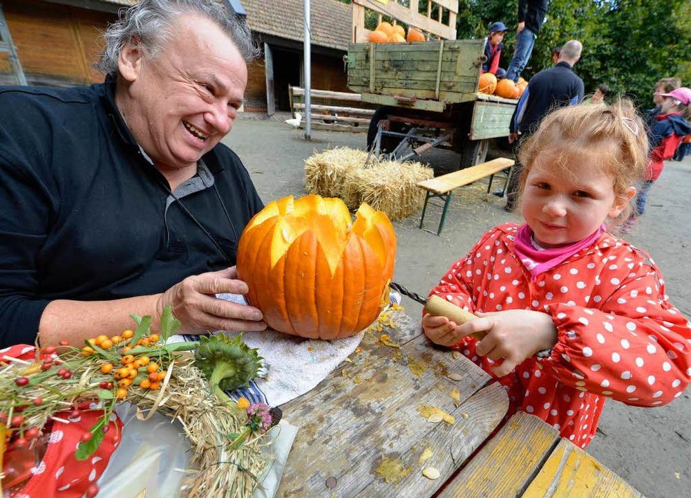 Hartmut Conradi und seine Tochter Josefa rückten dem Kürbis zu Leibe.     Foto: Michael Bamberger
