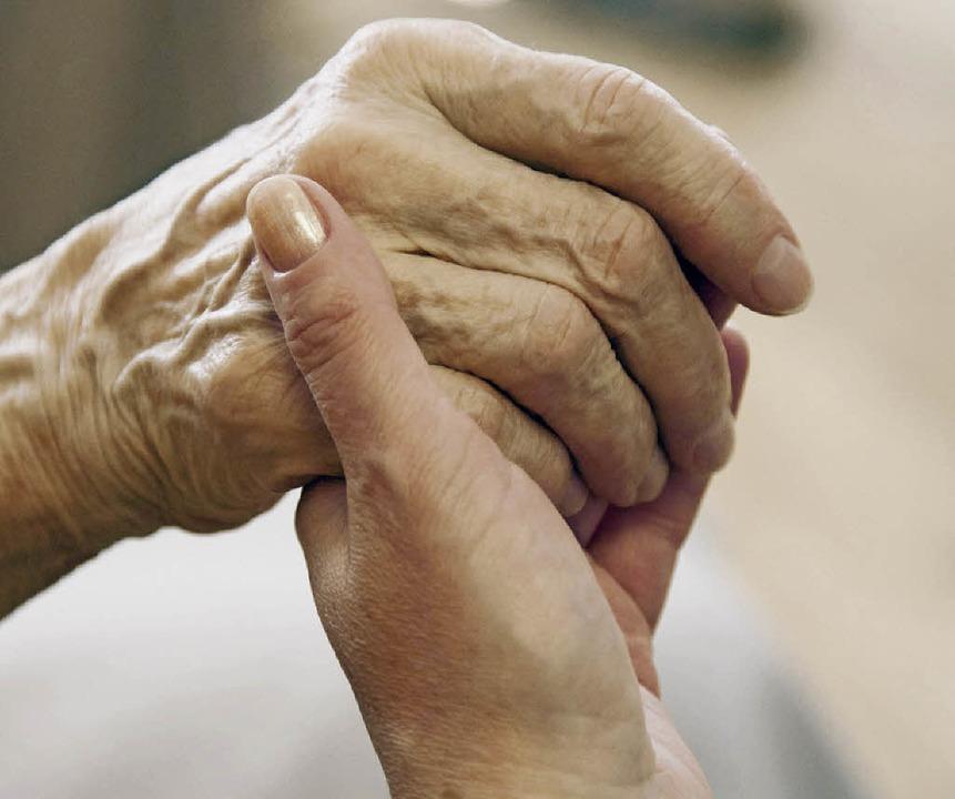 Alt und jung, Hand in Hand – das...en Umfeld noch besser möglich werden.   | Foto: dpa