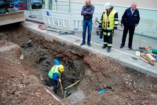 Bagger reißt Gasleitung auf – Bauarbeiter dichten ab