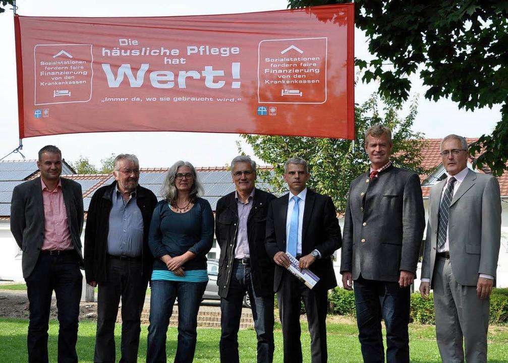 Vertreter der Sozialstation Kaiserstuh...n sich um die Zukunft der Einrichtung.  | Foto: Kai Kricheldorff