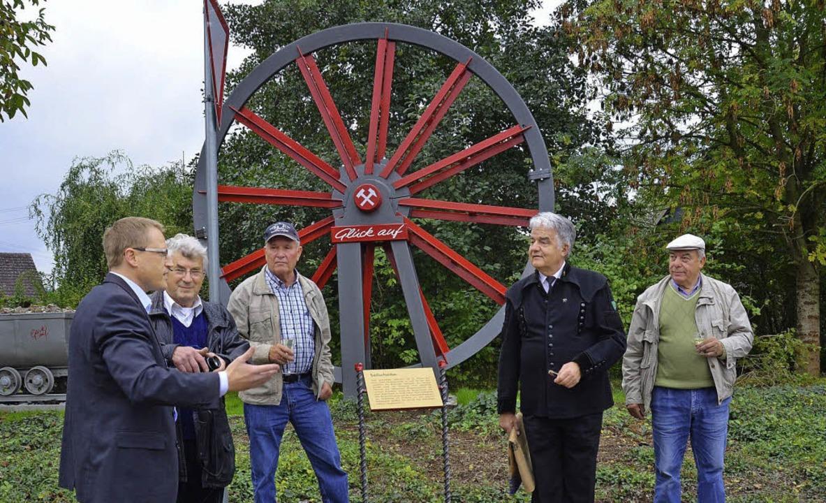 Seilscheibe aus dem Elsass als Denkmal...er, Volker Dennert und Fritz Siegwolf   | Foto: Umiger