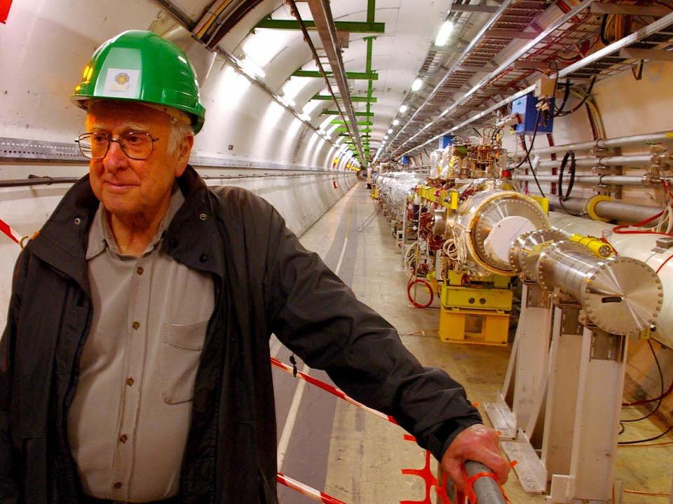 Nobelpreisträger Peter Higgs im Teilchenbeschleuniger von Cern.  | Foto: dpa