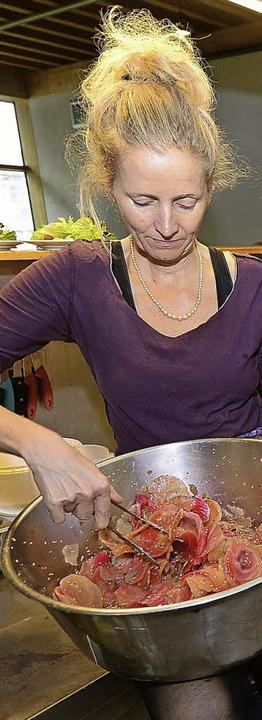 Gastronomin Solveig Hansen bereitet ei...at zu, der typisch zartrosa schimmert.  | Foto: Ingo Schneider