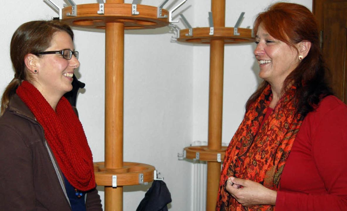 Sozialarbeiterin Claudia Donner (links...espräch mit Referentin Gertraud Kinne.  | Foto: Claudia Renk