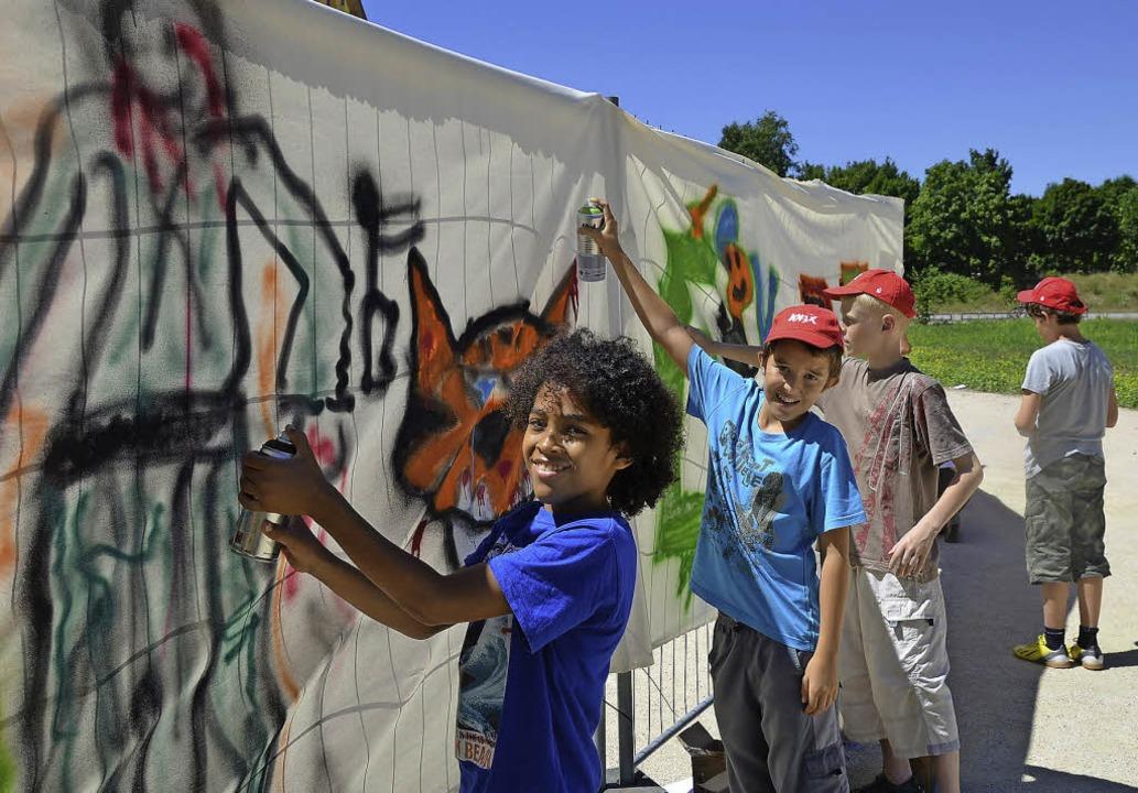 Einige hundert Kinder hatten viel Spaß... Graffitikurs im Tutti-Kiesi-Gelände.   | Foto: Archiv: Martina Proprenter