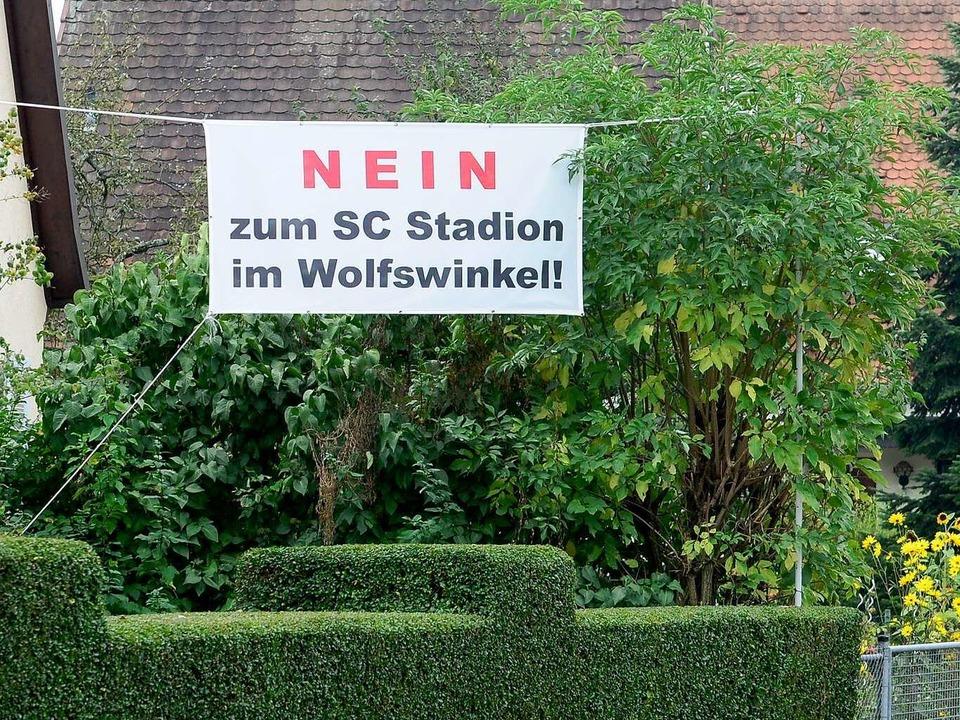 Viele im Stadtteil Wolfswinkel wollen ...o dezente Worte wie auf diesem Banner.  | Foto: Ingo Schneider
