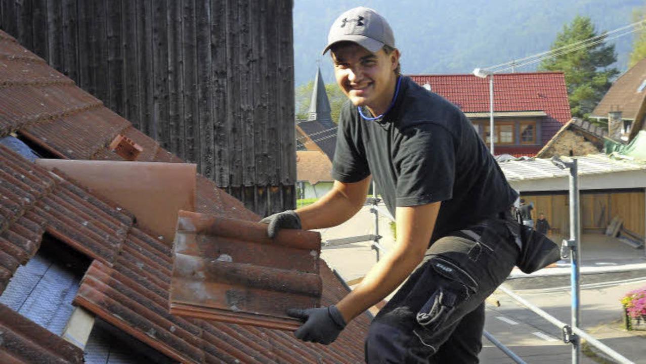 Kevin Schultis, 21, aus Simonswald ler..., zu den Tätigkeiten eines Zimmerers.   | Foto: Tobias Winterhalter