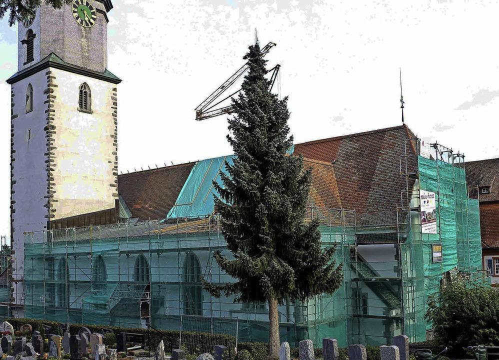 Die Hälfte des Kirchendachs wurde wied...n bis Ende Oktober abgeschlossen sein.  | Foto: Chris Seifried