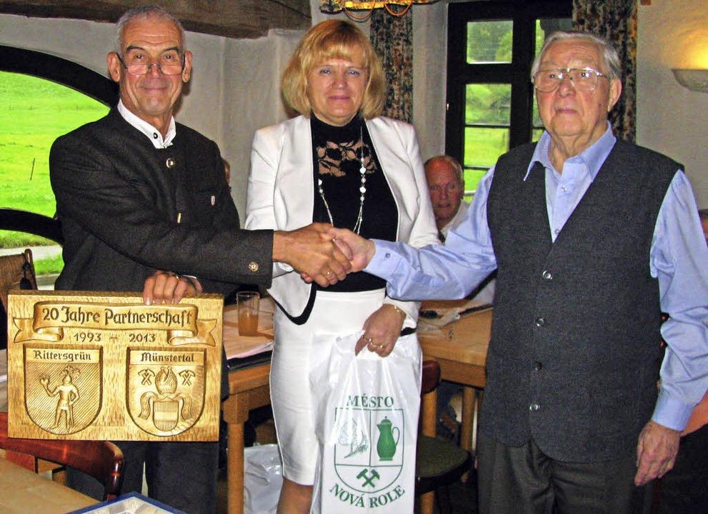 Handschlag zu dritt: Komitee-Vorsitzen...liedschaft im Partnerschafts-Komitee.     Foto: M. Lange