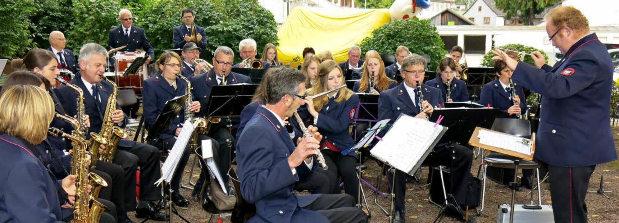 Für musikalische Unterhaltung im Bonnd...dingen unter Leitung von Marco Peter.     Foto: Erhard Morath