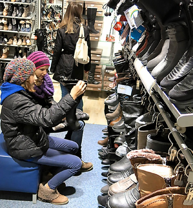 Die jungen Damen hatten beim Schuhkauf die Qual der Wahl.    Foto: Erhard Morath