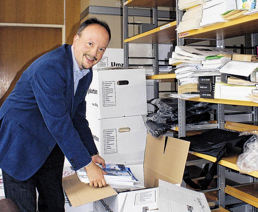 Mario Mosbacher beim Kistenpacken: Der...-Gymnasiums übernimmt eine Baustelle.   | Foto: Jakober