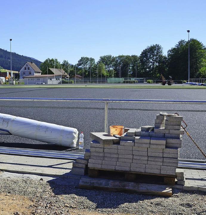 Links noch in der Bauphase, rechts sch...flasterte Umrandung und die Umzäunung.    Foto: Fotos: Bernd Fackler/Karin Heiss
