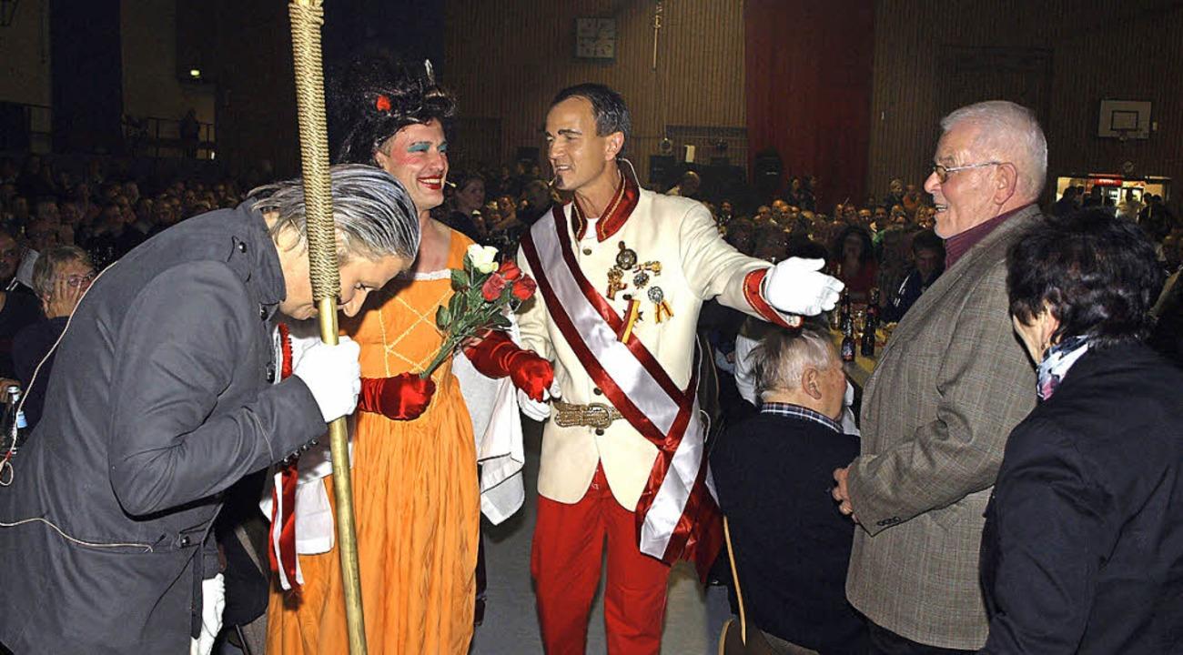 Staatsbesuch von Kaiser Franz und Kais...), mit ihrem Hofmarschall Peter Frank.  | Foto: Michael Haberer
