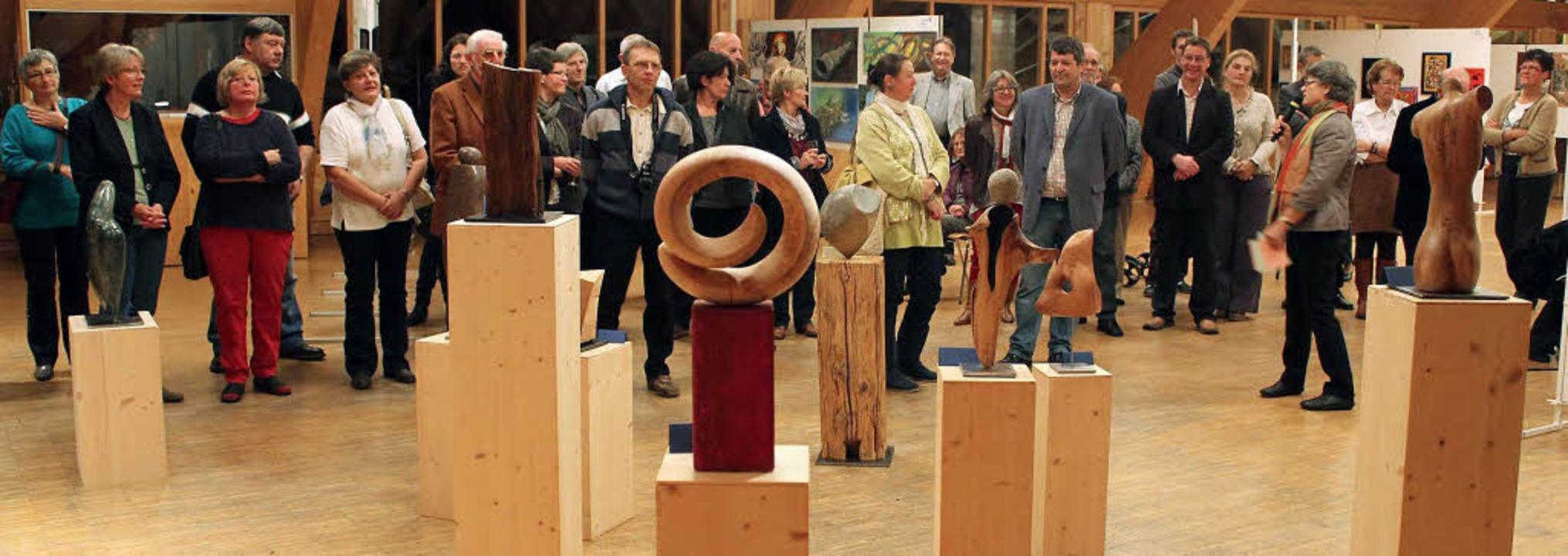 Von Holz über Stein bis zu Metall reic...er, hier zu sehen bei der Vernissage.   | Foto: Gert Brichta