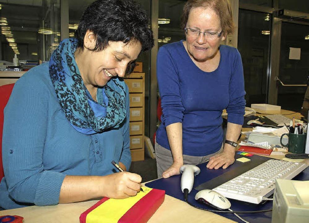 Spannend: Brigitte Schnäbele schaut zu...er verpackten Bücher auf aufschreibt.     Foto: Marion Pfordt