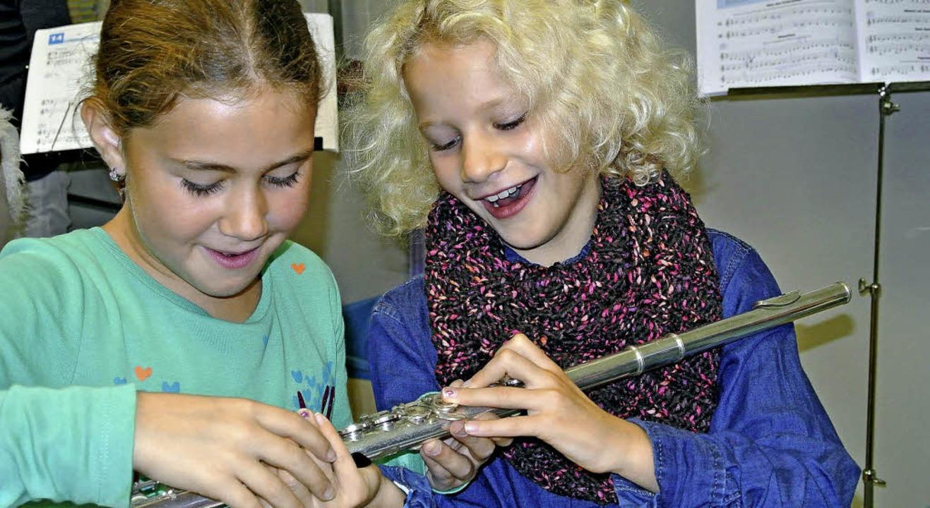 Eine  Querflöte fanden diese beiden Schülerinnen faszinierend.  | Foto: Privat