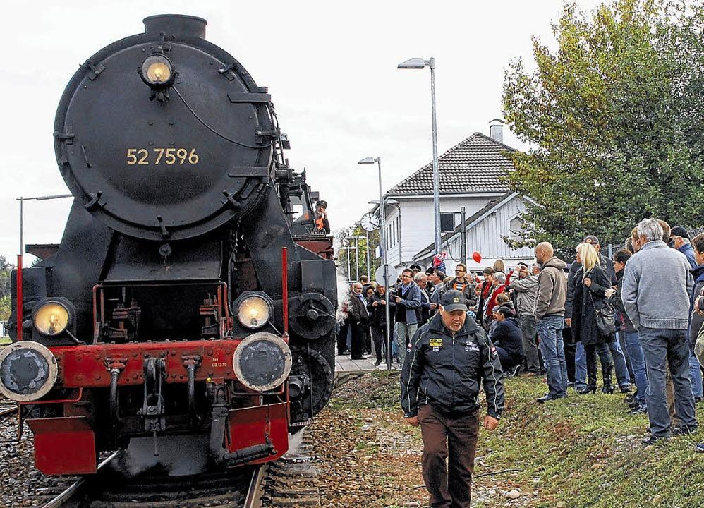 Großes Gedränge auf dem Bahnhof von Ob...orische Dampfzug um 12.16 Uhr eintraf.  | Foto: dinort