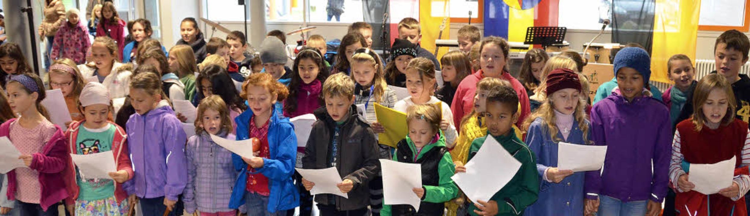 Der Grundschulchor sang zur Einweihung von richtigen Kindern und vielen Ländern  | Foto: Sylvia-Karina Jahn