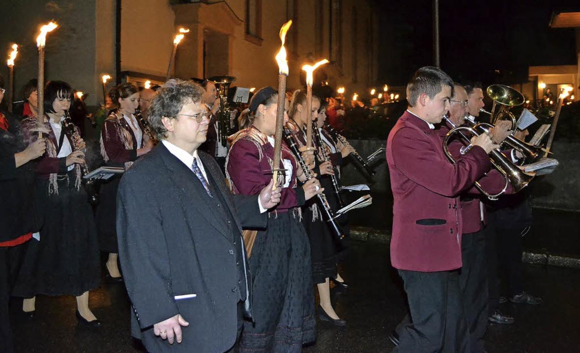 Mit einem Fackelzug feierte die Evange...auch Vakanzpfarrer Peter Hasenbrink.      Foto: Paul Berger