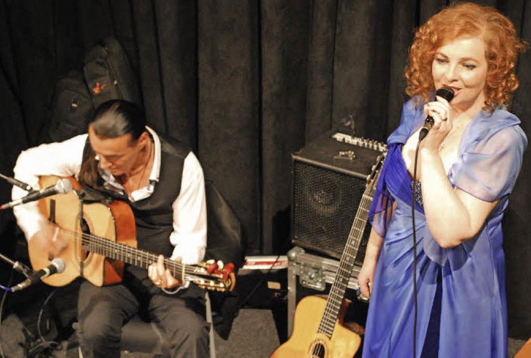 Der Gitarrist Lulo Reinhardt und die Sängerin Daniela Bianca Gierok   | Foto: Thomas Loisl Mink