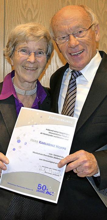 Karlheinz Hoppe (hier mit Gattin) wurd...Musikschule zum Ehrenmitglied ernannt.  | Foto: Martina Proprenter