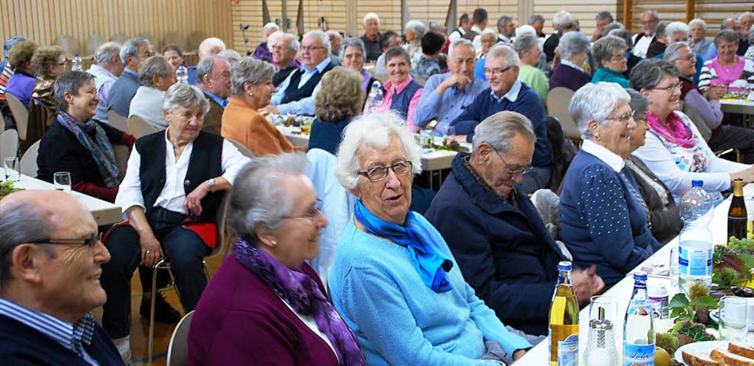 Die deutsch-schweizerische Seniorengem...i der Feier in der Hausener Festhalle.  | Foto: Edgar Steinfelder