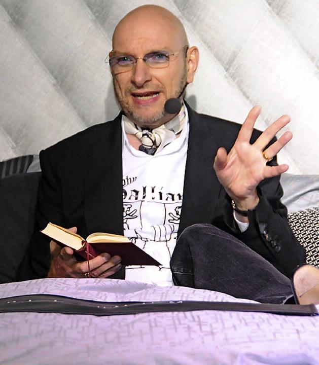 Bettgeschichten von Loriot  gab Entertainer Ralph Morgenstern zum Besten.  | Foto: Robert Bergmann