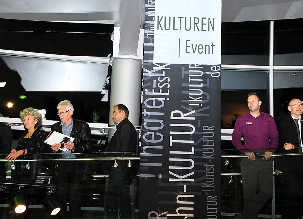 1150 Gäste flanierten über die drei Ebenen des gläsernen Schweigert-Baus.  | Foto: Robert Bergmann