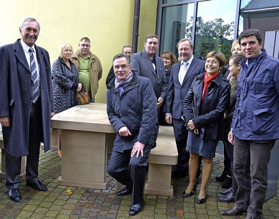 Der Vitteler Bürgermeister Millot (lin... Sitzecke aus Sandstein als Geschenk.   | Foto: Umiger