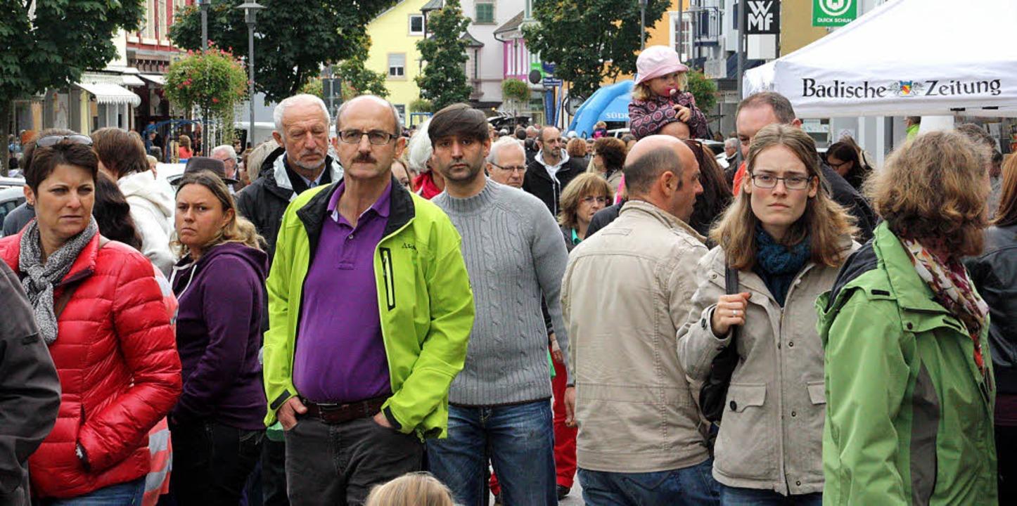 Menschenmassen in der Wehrer Innenstadt am verkaufsoffenen Sonntag   | Foto: Jörn Kerckhoff