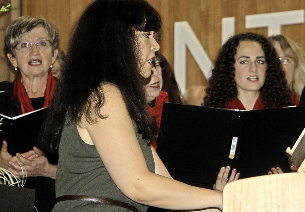 Der Jubiläumschor mit Dirigentin Elena...er, die am Festabend Geburtstag hatte.    Foto: Petra Wunderle