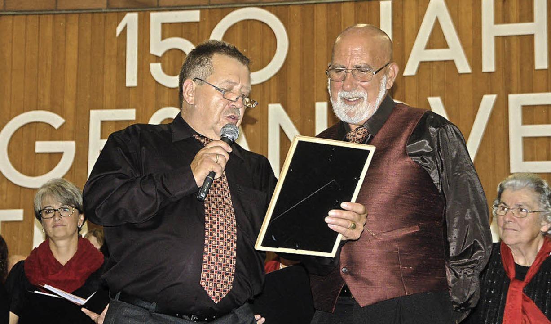 Franz Reichle (links) ehrt Nickolai O&...n beim Gesangverein Eintracht Karsau.     Foto: Petra Wunderle