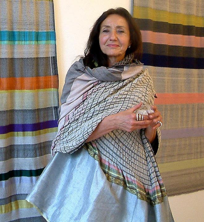 Kunstvolle Textilkreationen zeigt Karo...der Villa Berberich in Bad Säckingen.   | Foto: Roswitha Frey
