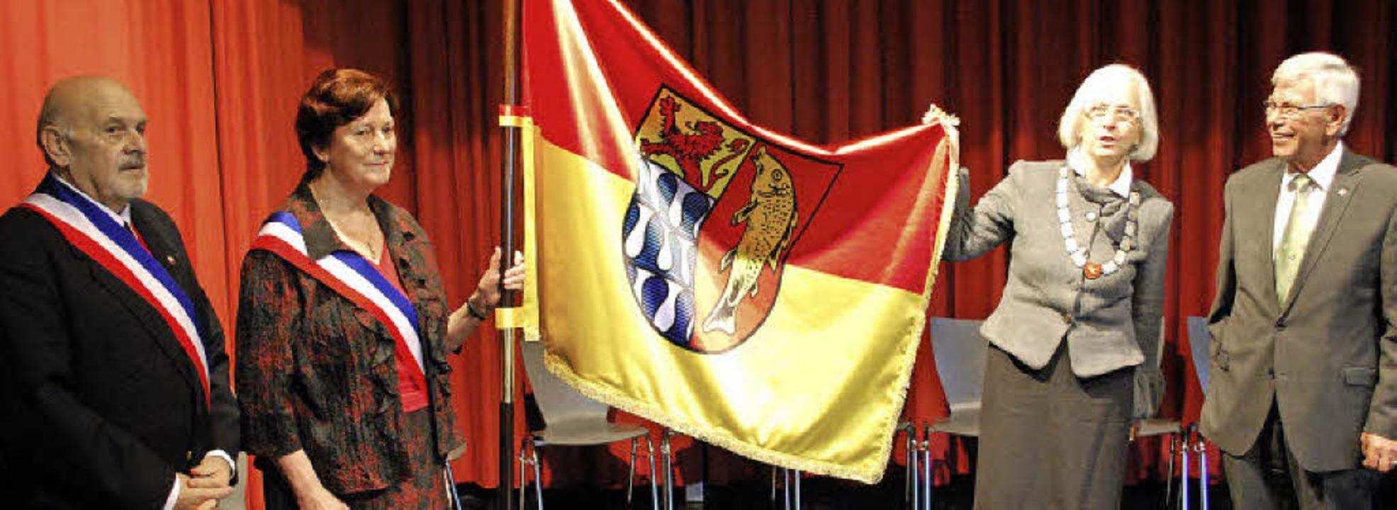 Haagener Fahne für Village-Neuf: Berna...ks) beim Festakt zum Jumelagejubiläum.  | Foto: Thomas Loisl Mink